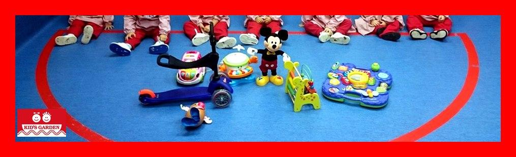 Nuestros peques nos enseñan los juguetes que les han traído los reyes magos.