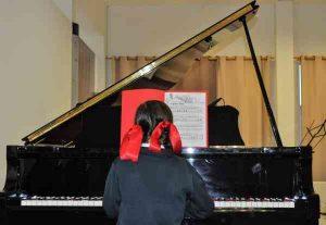 Alumna del Colegio Peñamayor en un concierto de la escuela de mñusica del mismo. Web: FomentoEdu